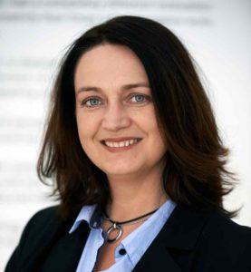 profilbild Anne-Lie Lokko - svart kavaj, blå skjorta, mörkt, halvlångt hår.