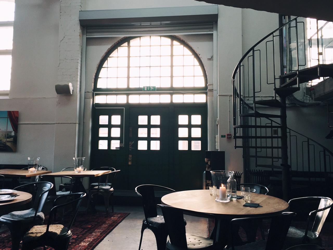 Restaurang Tegel, bord stort fint ljusinläpp